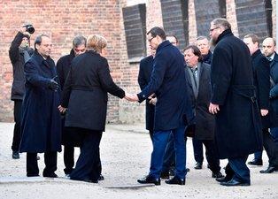 Dünya bu görüntüleri konuşuyor! Merkel'e elini uzattı...