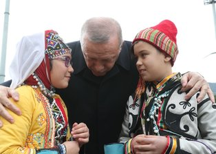 Başkan Erdoğan'a Bursa'da sevgi seli! O çocuğu alnından öptü