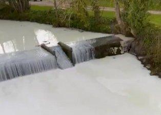 Nehirden akan sıvı hayrete düşürdü! Birçok kişi bölgeye akın etti