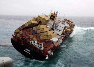 Yük gemisi bir anda sulara gömüldü!