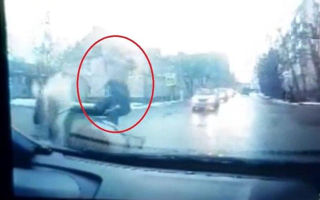 At ile otomobil çarpıştı kadın yola uçtu! İlginç kaza anı kamerada |Video