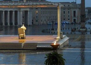 Papa Francis yağmur altında tek başına corona virüs duası etti