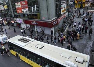İstanbulluların çilesi sürüyor! Trafikte ve toplu taşımada yoğunluk: Uzun yolcu kuyruğu oluştu