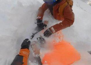 Çığ altında kalan kadın kayakçılar böyle kurtarıldı