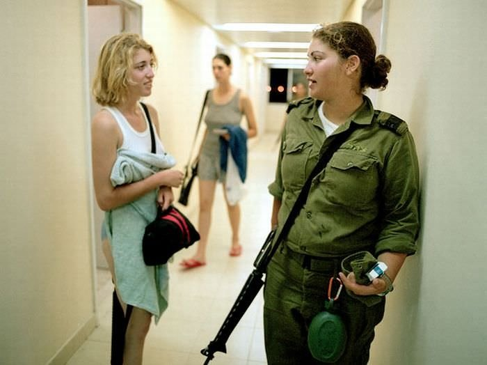 Фото девушек в казарме
