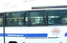 Adnan Oktar ve 'kedicikler'i otobüslerle cezaevine nakledildi