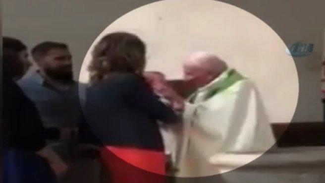 Kilisede skandal görüntü! Rahip bebeği tokatladı
