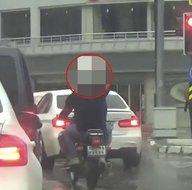 Son dakika: Bursada trafikte şaşırtan görüntü! Kafasında kovayla... |Video