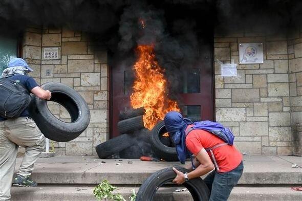 Honduras'ta protestocular ABD elçilik binasının kapısına dayandı