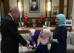 Başkan Erdoğan ve eşi Emine Erdoğan, siyam ikizlerini kabul etti