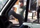 Kadıköy'de minibüsçü terörü! Yolu kapatan kamyonete tekmelerle saldırdı