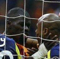Galatasaray-Fenerbahçe maçının bitiş düdüğüyle birlikte saha karıştı