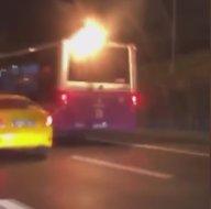İstanbulda trafikte şoke eden görüntü! Alev alan yolcu otobüsü yoluna devam etti