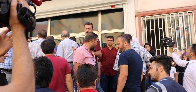 HDP'LİLER OTURMA EYLEMİ YAPAN AİLEYE SALDIRDI