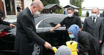 Son dakika: Başkan Erdoğan'dan Cuma namazı sonrası çocuklara hediye verdi