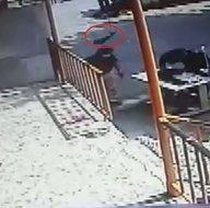 Son dakika: İstanbul Sultangazide dehşet anları kamerada! Başına caraskal düşen adam hayatını kaybetti