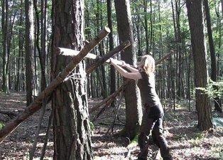 Genç kadın ormanda öyle bir şey yaptı ki... Milyonlar onu izledi