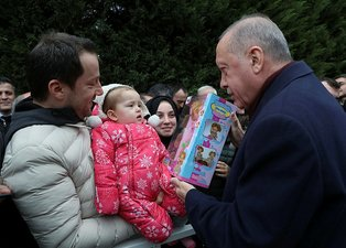 Başkan Erdoğan cuma sonrası çocuklara oyuncak dağıttı
