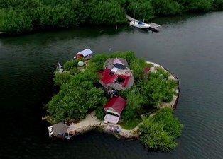 150 bin pet şişe kullanarak ada yaptı! Şimdi üzerinde yaşıyor…