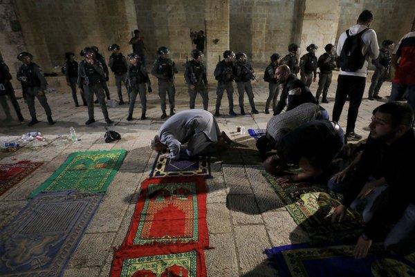 Mescid-i Aksa gerçek sahiplerinde! Binlerce Filistinli sabah namazı için akın etti