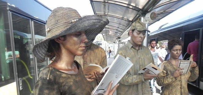 HEYKEL ADAMLARIN 'KİTAP OKUMA' DURUŞU