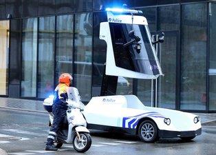 Brüksel'deki protestoda dikkatleri üzerine çeken polis aracı