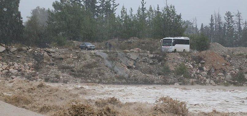 Antalya'da aşırı yağış nedeniyle 2 doktor dağda mahsur kaldı