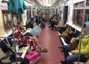 Metroda onu gören gözlerine inanamadı! Herkes dönüp tekrar baktı...