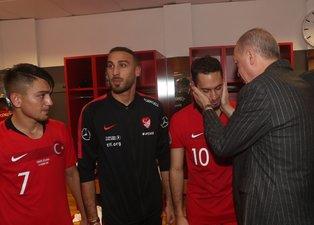 Başkan Erdoğan Türkiye-İzlanda maçı sonrası futbolcuları soyunma odasında ziyaret etti