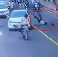 Trafikte korku dolu anlar kamerada! Polisi metrelerce kaputta götürüp...