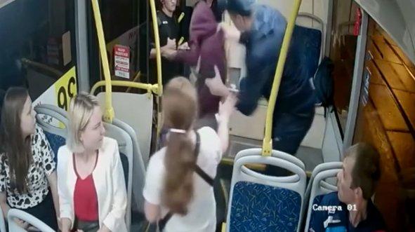 Otobüste dehşet! Sarhoş yolcu kadınlara ateş açtı