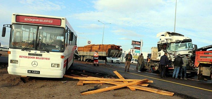 TIR, yolcu indiren otobüse çarptı