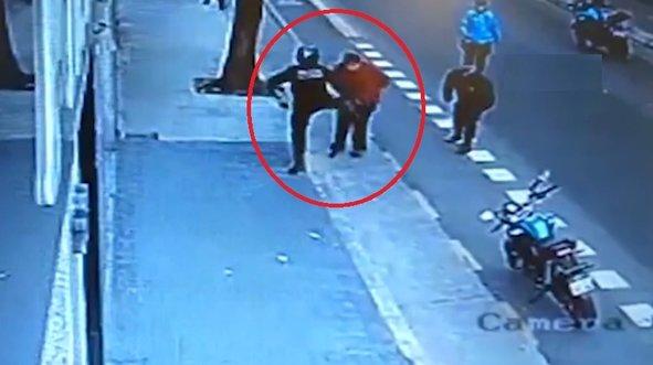 Polisin tekmesiyle yere yığıldı hayatını kaybetti!