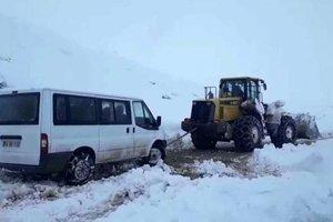 Siirt'te oy pusulalarını ve seçim görevlilerini taşıyan araba karda mahsur kaldı