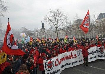 Fransa'da sokak karıştı! Göstericiler polisle çatışıyor