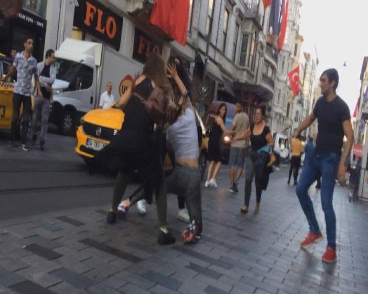 İSTİKLAL CADDESİ'NDE 10 KİŞİ DAKİKALARCA KAVGA ETTİ