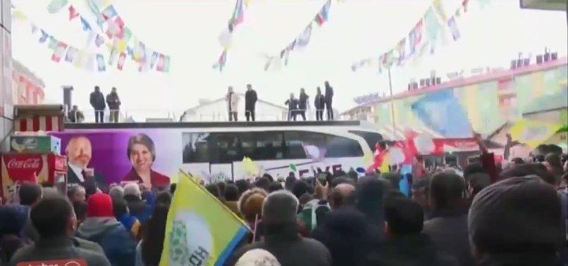 HDP SEÇİM OTOBÜSÜNDEN 'ÖZERKLİK' NARALARI ATTI
