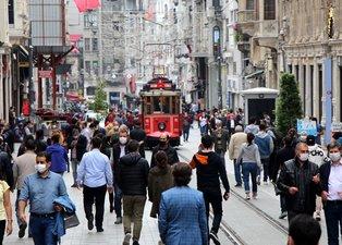 Normalleşmenin ikinci gününde vatandaşlar İstiklal Caddesi'ne akın etti! Sosyal mesafe hiçe sayıldı