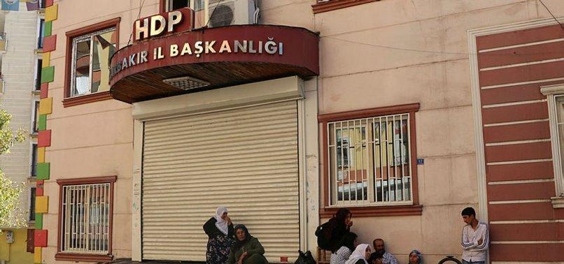 DİYARBAKIR'DA HDP ÖNÜNDE EYLEM YAPAN AİLE SAYISI 4'E ÇIKTI