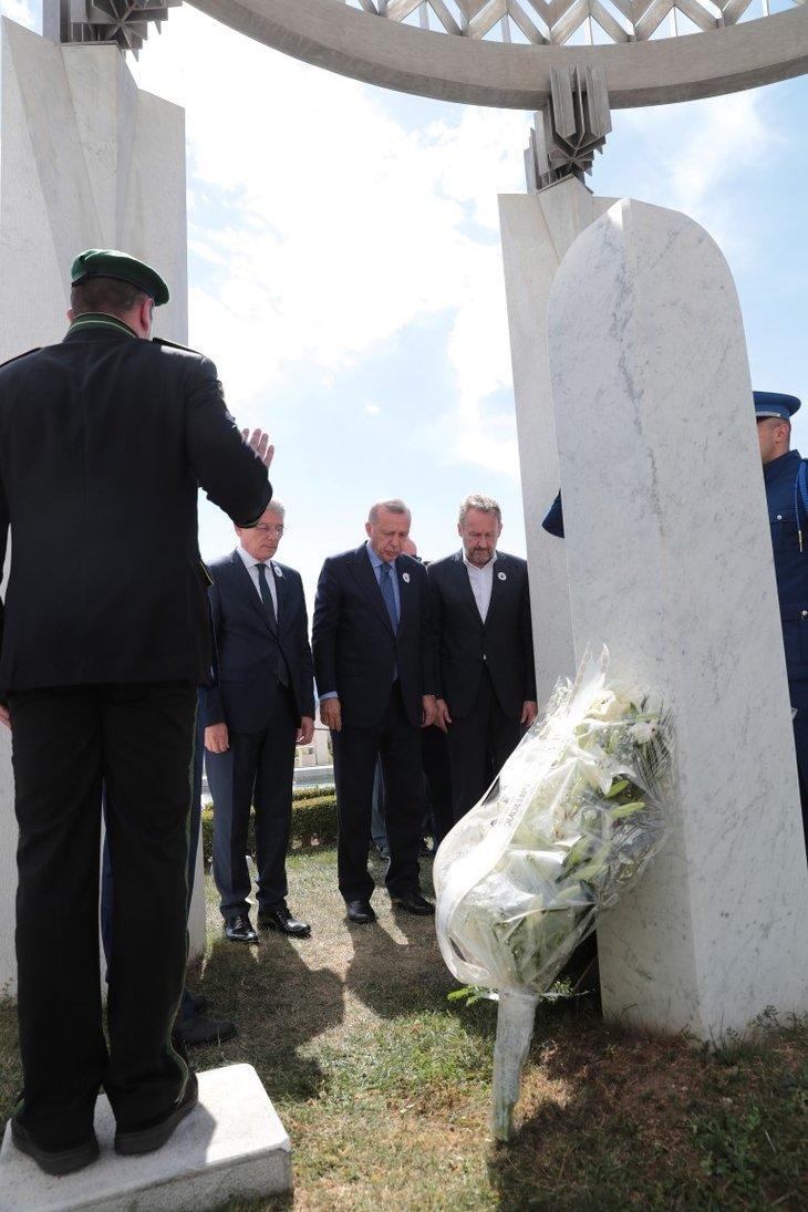 Başkan Erdoğan, Aliya İzzetbegoviç'in kabrini ziyaret etti