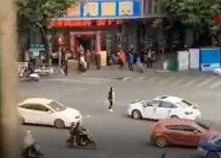 Genç kadın gelin arabasının önünü kesip eski erkek arkadaşını son kez ikna etmeye çalıştı
