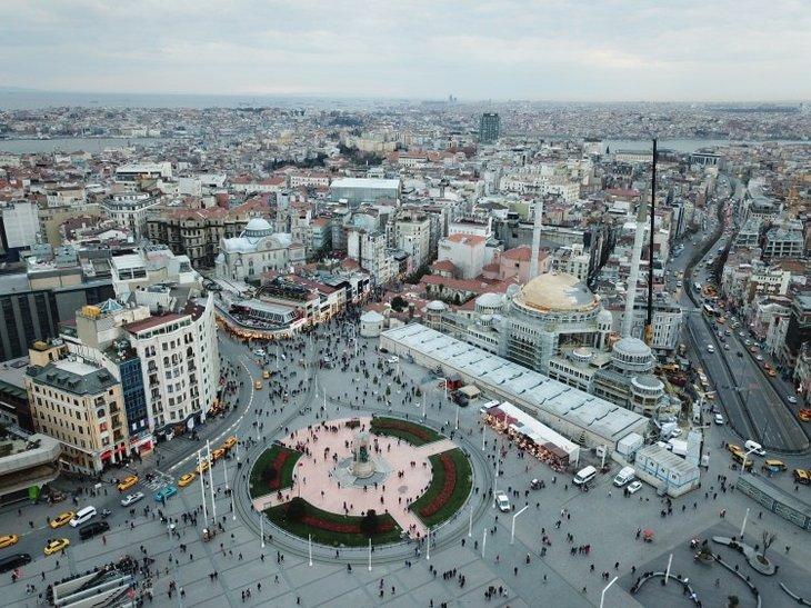 Taksim Camii minaresi külah bölümü yerleştirildi