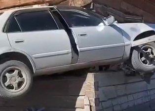 Son dakika: Korkunç kaza! Otomobil evin odasına ok gibi saplandı