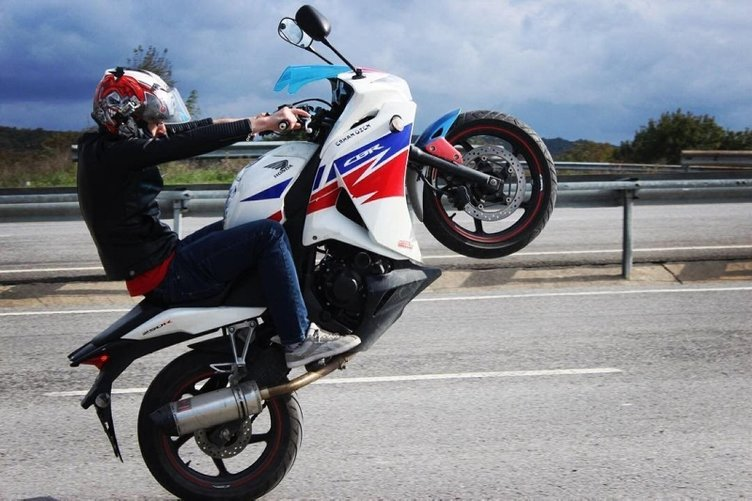 İSTANBUL'U BİRBİRİNE KATAN MOTOSİKLETLİYİ SİVİL POLİSLER YAKALADI