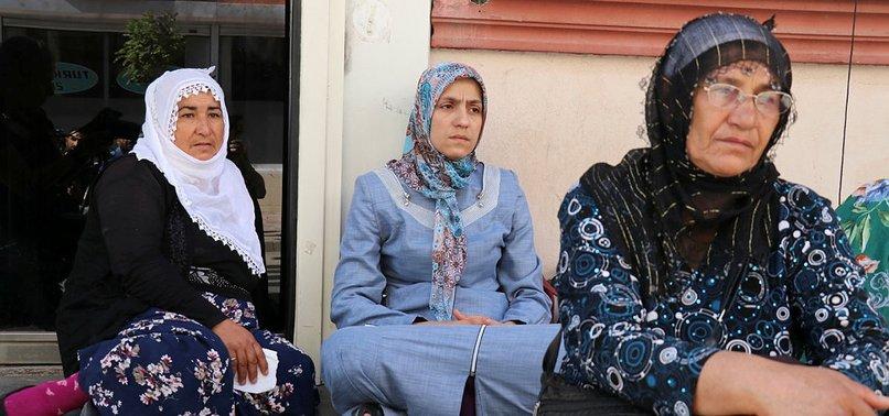 OTURMA EYLEMİ YAPAN DİYARBAKIR ANNELERİNDEN HDP'LİLERE TEPKİ