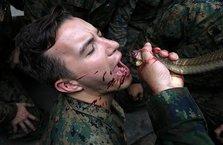 Hayvan yiyip yılanların kanını içtiler!