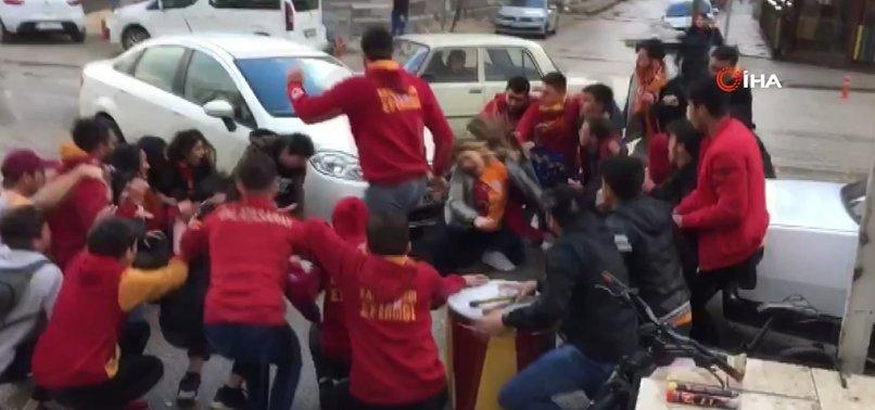OTOMOBİL TARAFTAR GRUBUNUN ARASINA DALDI!
