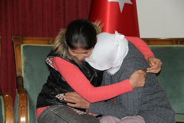 Son dakika: Diyarbakır'daki evlat nöbeti: HDP binası önündeki 2 aile daha evladına kavuştu 4
