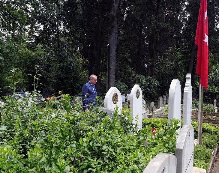 Başkan Erdoğan anne ve babasının kabrini ziyaret etti! 15 Temmuz şehidi Erol Olçok'u da unutmadı