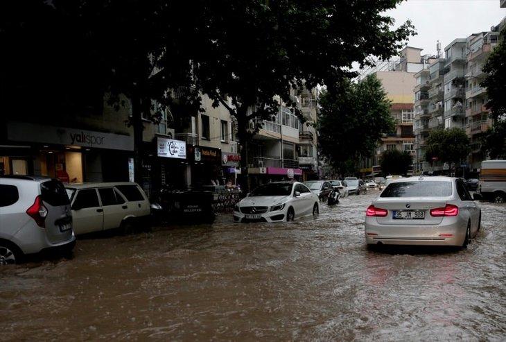 İzmir'de sağanak yağış hayatı felç etti